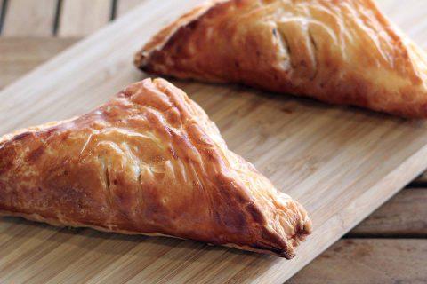 【新メニュー】肉味噌を包んだ和風のパイ!お味噌の三角ミートパイ