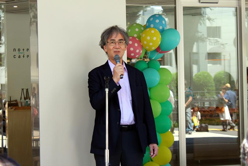 オープンパーティーで挨拶する藤井先生